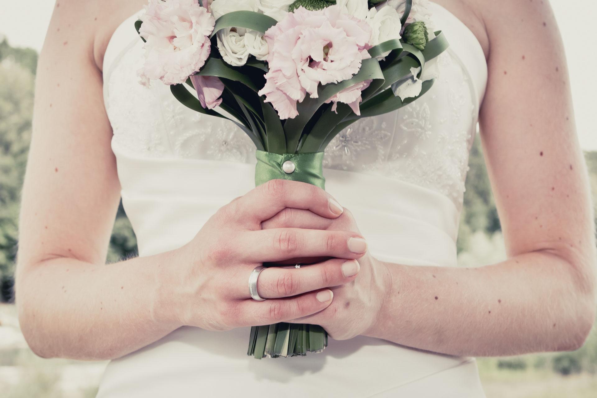 Braut mit Ehering Weißgold